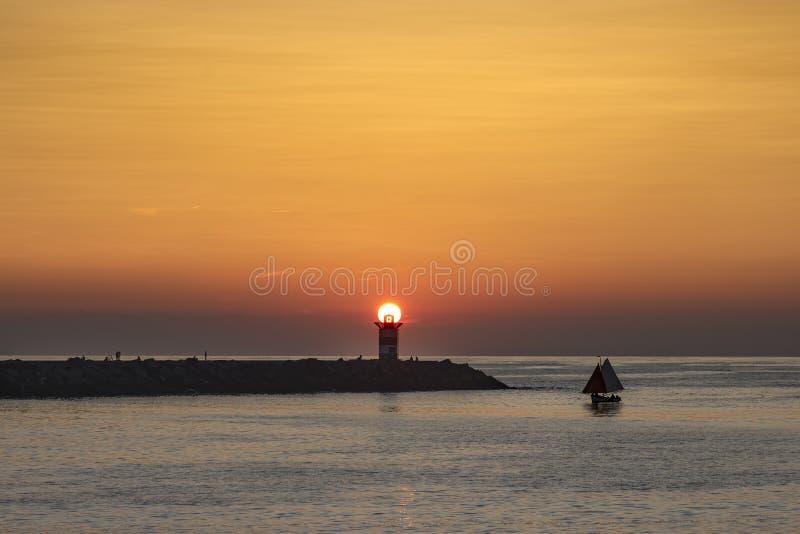 Ηλιοβασίλεμα στο φάρο στοκ εικόνες