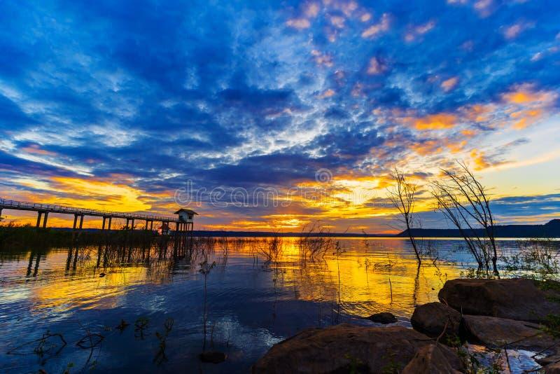 Ηλιοβασίλεμα στο φράγμα Lum Chae, Nakhon Ratchasima, Ταϊλάνδη στοκ εικόνα
