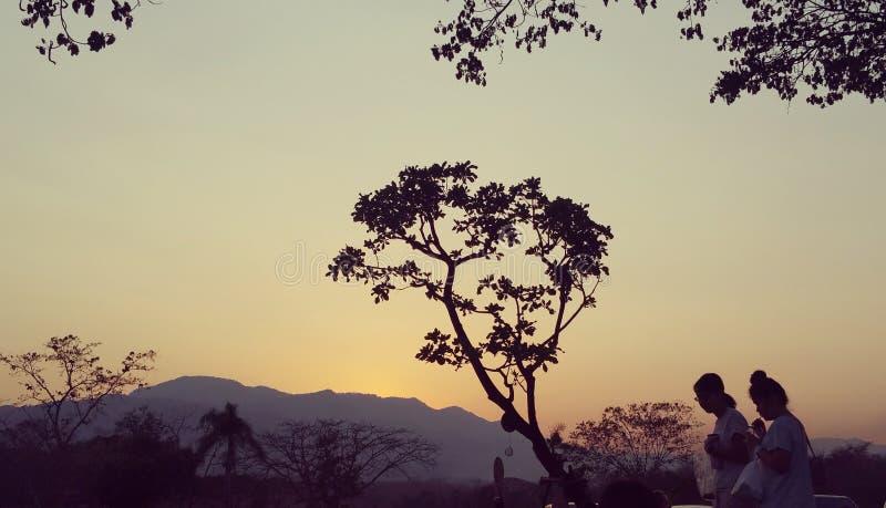 Ηλιοβασίλεμα στο χωριό maerim στοκ εικόνα