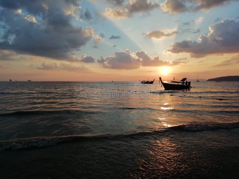 Ηλιοβασίλεμα στο AO Nang, επαρχία Krabi στοκ φωτογραφία