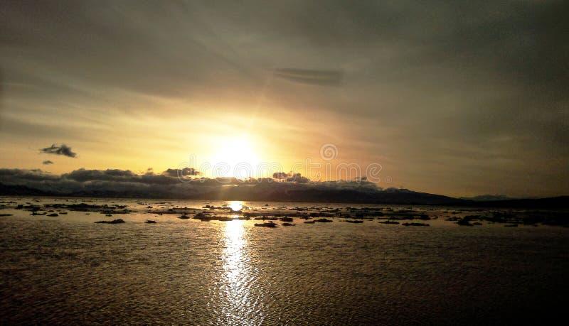 Ηλιοβασίλεμα του ήλιου βραδιού πέρα από τον κόλπο με τον πάγο στοκ φωτογραφία