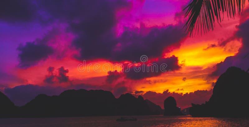 Ηλιοβασίλεμα του Βιετνάμ πέρα από το μακρύ κόλπο εκταρίου στοκ εικόνες