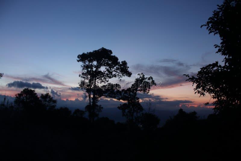 Ηλιοβασίλεμα των Φιλιππινών σε ένα βουνό στοκ φωτογραφία