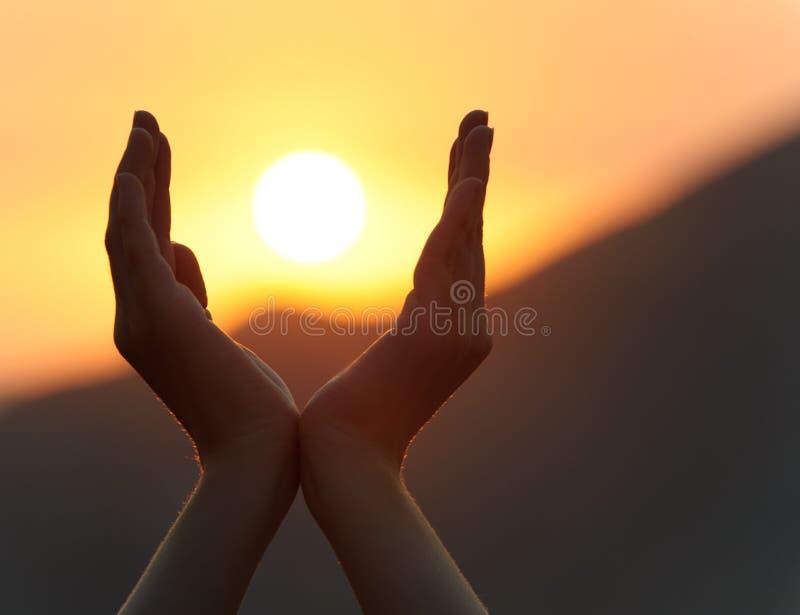 ηλιοβασίλεμα χεριών στοκ φωτογραφία με δικαίωμα ελεύθερης χρήσης