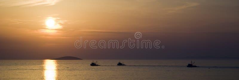 ηλιοβασίλεμα ψαράδων βαρκών στοκ φωτογραφίες με δικαίωμα ελεύθερης χρήσης