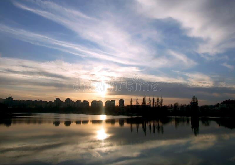 Download ηλιοβασίλεμα στοκ εικόνα. εικόνα από ηλιοβασίλεμα, πόλη - 17059397