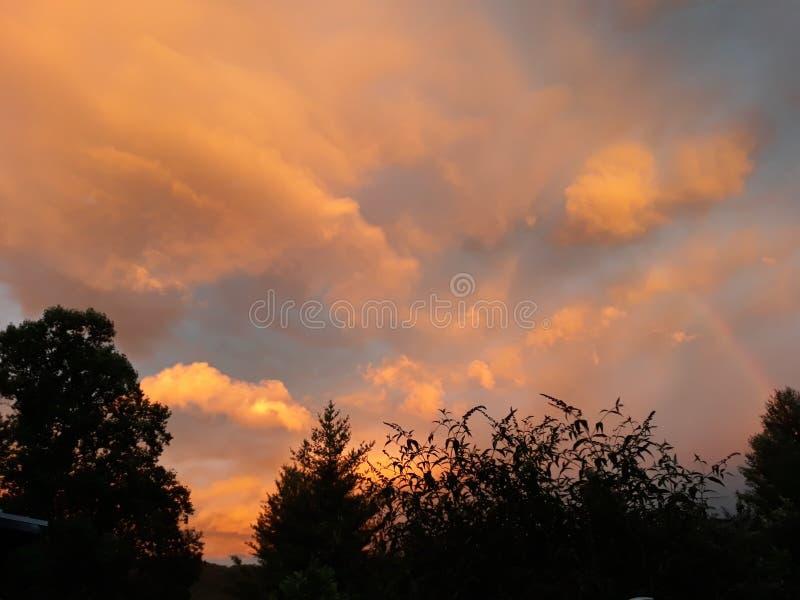 Ηλιοβασίλεμα Carolinas στον ουρανό με τις σκιές των δέντρων και ενός ήρεμου αερακιού στοκ φωτογραφία με δικαίωμα ελεύθερης χρήσης