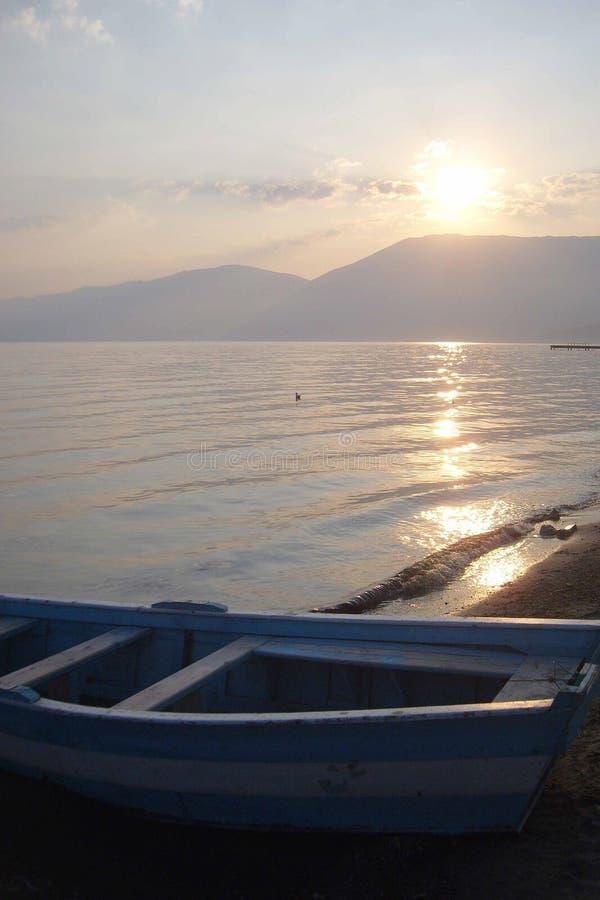 Ηλιοβασίλεμα ont η λίμνη της Οχρίδας στοκ εικόνες