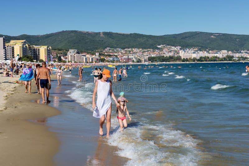 ΗΛΙΟΛΟΥΣΤΗ ΠΑΡΑΛΙΑ, ΒΟΥΛΓΑΡΙΑ - 12 Σεπτεμβρίου 2017: Ηλιόλουστη άποψη της Βουλγαρίας παραλιών θερέτρου της παραλίας το καλοκαίρι στοκ εικόνες με δικαίωμα ελεύθερης χρήσης