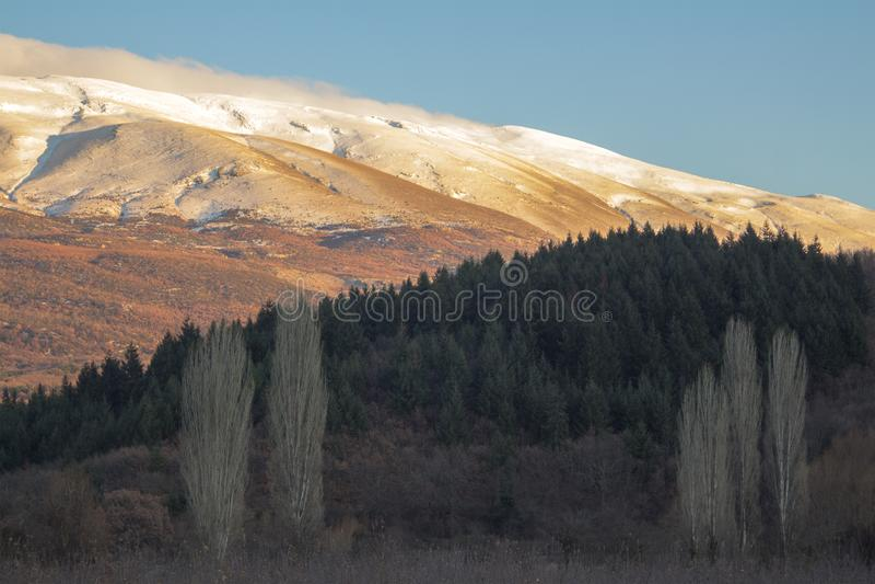 Ηλιοφάνεια και σκιά Χειμερινό τοπίο του υποστηρίγματος Galicica, Μακεδονία στοκ εικόνες