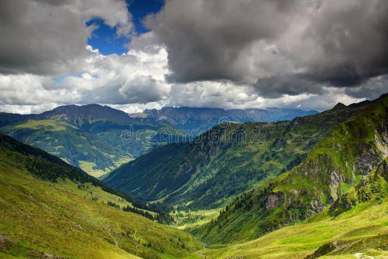 Ηλιόλουστα αλπικά λιβάδια και δάση των Άλπεων Carnic και Gailtal στοκ φωτογραφίες με δικαίωμα ελεύθερης χρήσης