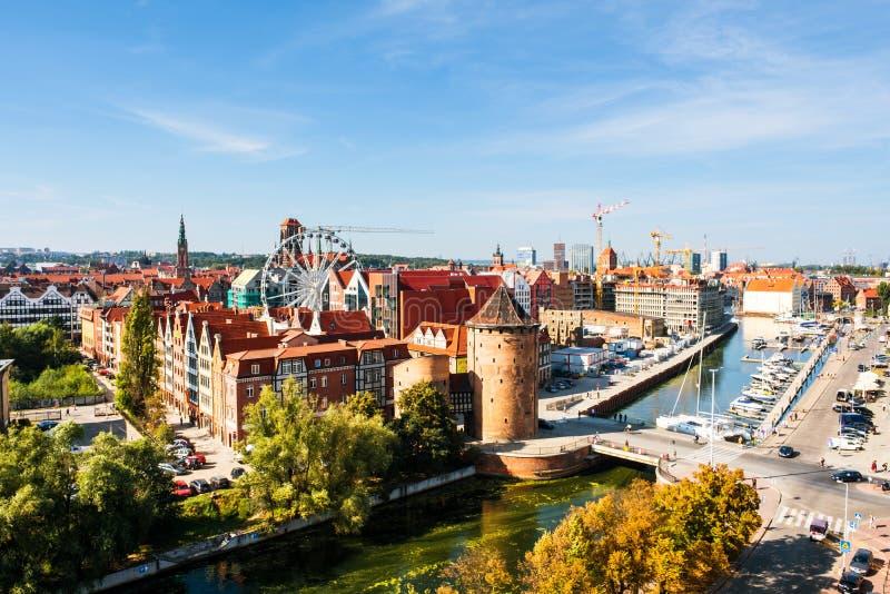 Ηλιόλουστη άποψη ημέρας Brama Stagiewna και άλλων ιστορικών κτηρίων στο Γντανσκ, Πολωνία στοκ φωτογραφία