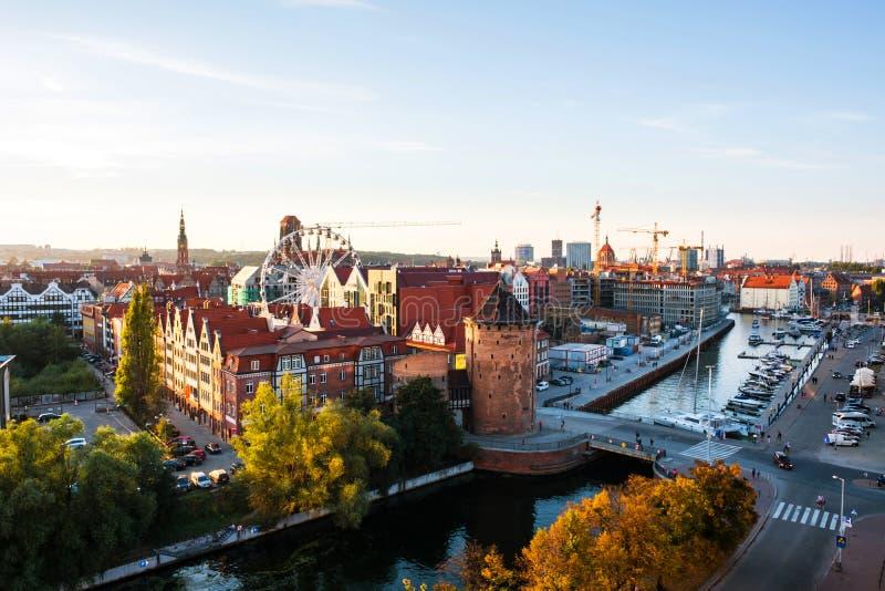 Ηλιόλουστη άποψη ημέρας Brama Stagiewna και άλλων ιστορικών κτηρίων στο Γντανσκ, Πολωνία στοκ φωτογραφίες