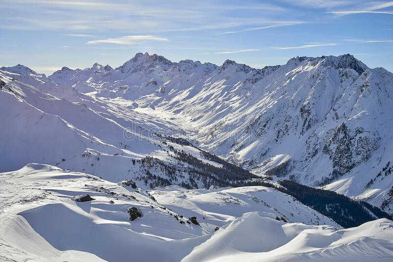 Ηλιόλουστη ημέρα Δεκεμβρίου στις Άλπεις Silvretta - χειμερινή άποψη σχετικά με τις χιονισμένους βουνοπλαγιές και το μπλε ουρανό Α στοκ εικόνα με δικαίωμα ελεύθερης χρήσης
