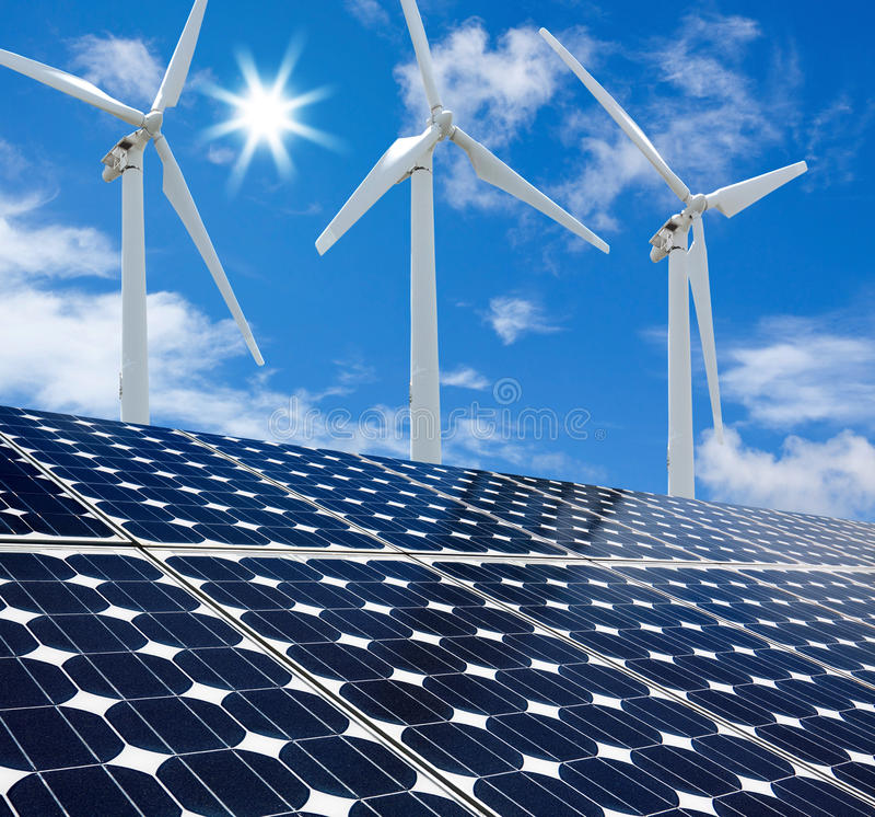 Ηλιόλουστη ημέρα ηλιακών πλαισίων και ανεμοστροβίλων στοκ φωτογραφία με δικαίωμα ελεύθερης χρήσης