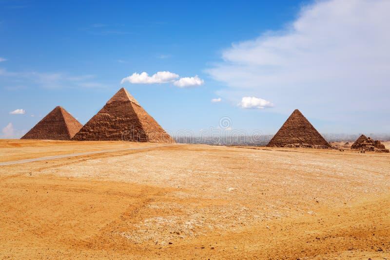 Ηλιόλουστη ημέρα στην έρημο Giza, άποψη στις πυραμίδες στοκ εικόνα