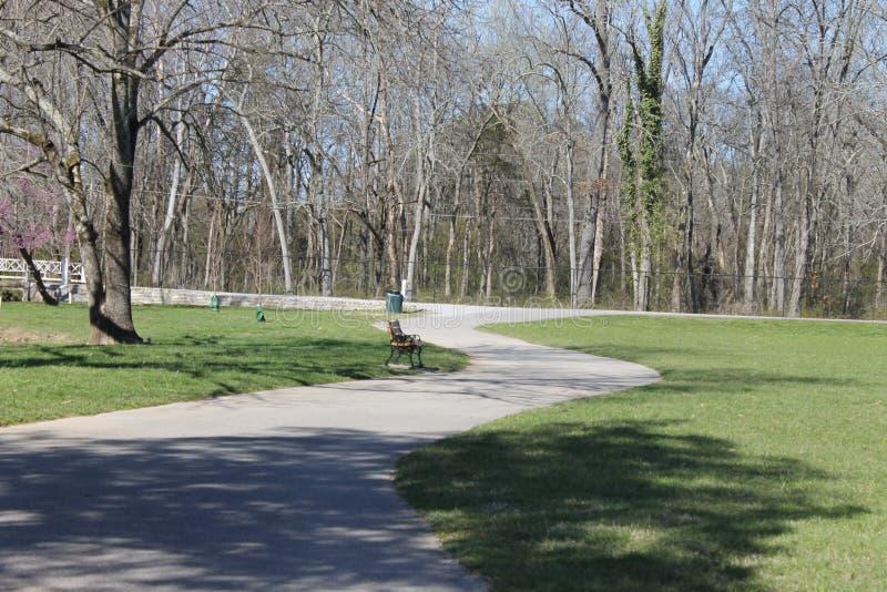 Ηλιόλουστη ημέρα στην ημέρα πάρκων perfet για να περπατήσει ή το τρέξιμο στοκ φωτογραφία με δικαίωμα ελεύθερης χρήσης