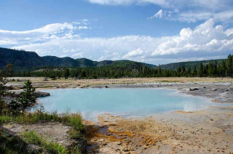 Ηλιόλουστη ημέρα στο εθνικό πάρκο Yellowstone, που εξετάζει ένα μπλε geyser κιρκιριών καυτό ελατήριο στοκ εικόνα με δικαίωμα ελεύθερης χρήσης