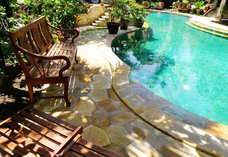 ηλιόλουστη κολύμβηση λιμνών patio επίπλων υπαίθρια στοκ φωτογραφία με δικαίωμα ελεύθερης χρήσης