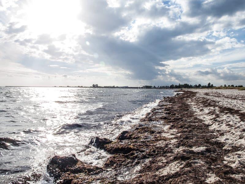 Ηλιόλουστη παραλία στοκ φωτογραφία με δικαίωμα ελεύθερης χρήσης