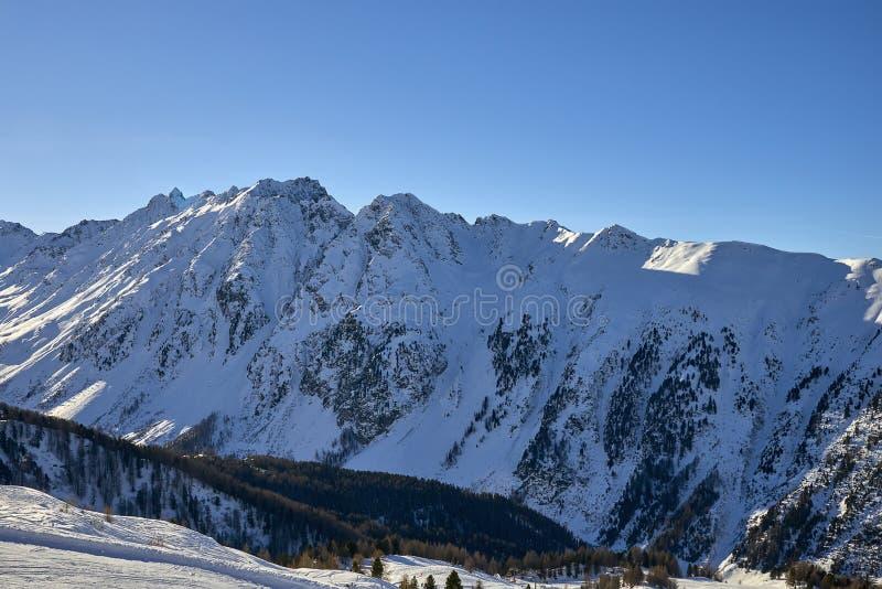 Ηλιόλουστη χειμερινή ημέρα στο αλπικό χιονοδρομικό κέντρο στοκ εικόνα με δικαίωμα ελεύθερης χρήσης