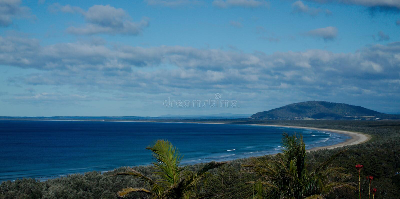 Ηλιόλουστο ημερησίως της Νίκαιας που αγνοεί την παραλία επτά μιλι'ου στην Αυστραλία στοκ εικόνα με δικαίωμα ελεύθερης χρήσης