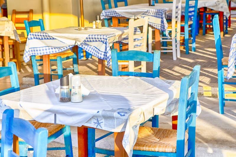 Ηλιόλουστο υπαίθριο εστιατόριο στην πόλη Chania στην Κρήτη Διακοσμημένα wirh κλασικά ελληνικά μπλε και άσπρα χρώματα στοκ εικόνες με δικαίωμα ελεύθερης χρήσης