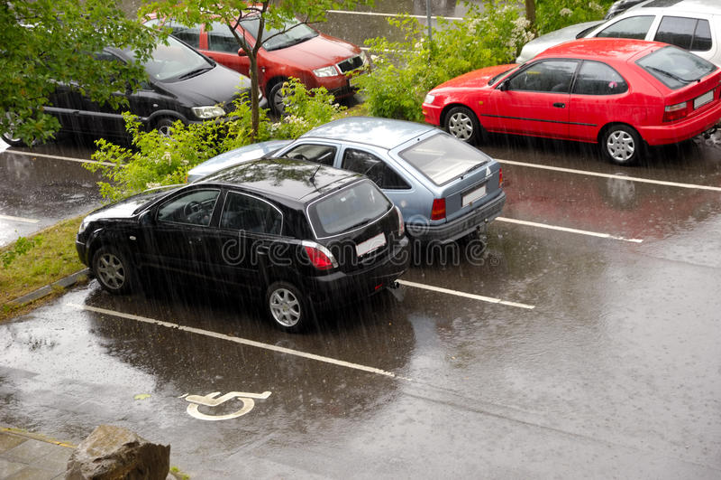 Download ημέρα αυτοκινήτων βροχερή στοκ εικόνες. εικόνα από ασφαλτώνοντας - 13189286