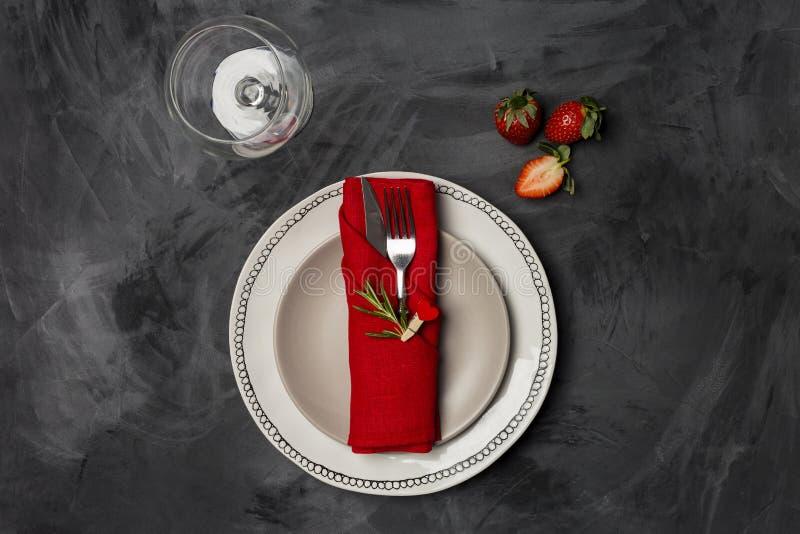 Ημέρα βαλεντίνων, επιτραπέζια ρύθμιση και ρομαντική έννοια γευμάτων - οριζόντιος στενός επάνω των δύο πιάτων, γυαλιού και φράουλα στοκ φωτογραφία με δικαίωμα ελεύθερης χρήσης