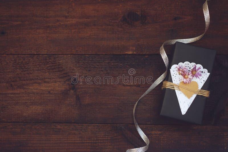 Ημέρα βαλεντίνων, κιβώτιο δώρων τεχνών γενεθλίων με παρόν κιβώτιο εγγράφου ντεκόρ το μαύρο με την καρδιά, πετσέτα δαντελλών, σχοι στοκ φωτογραφία με δικαίωμα ελεύθερης χρήσης