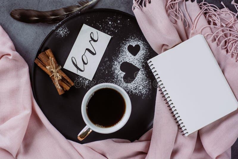 Ημέρα βαλεντίνων με το φλιτζάνι του καφέ, τις προσκρούσεις, skarf, την κανέλα και την καρδιά στον γκρίζο πίνακα στοκ εικόνες
