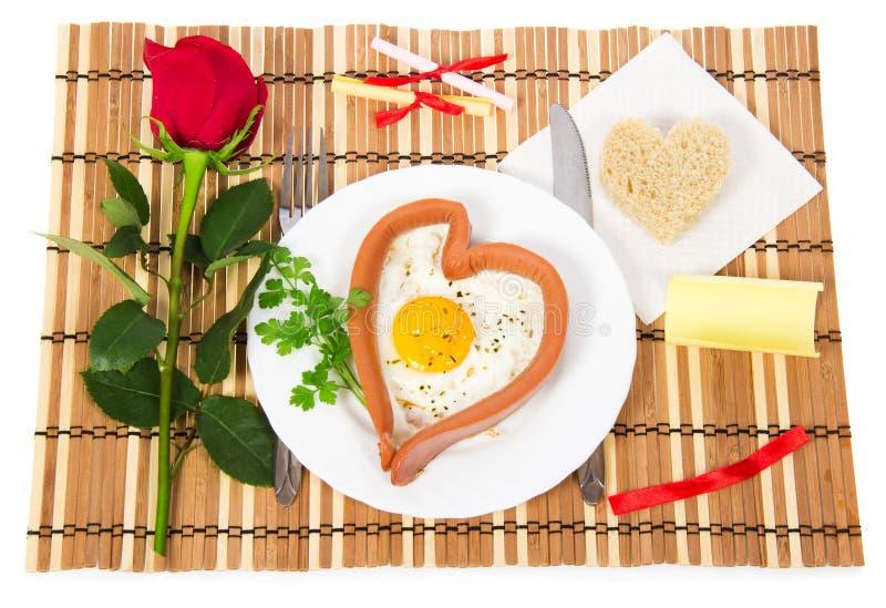 Ημέρα βαλεντίνου. Λουκάνικο υπό μορφή καρδιάς στοκ εικόνες με δικαίωμα ελεύθερης χρήσης