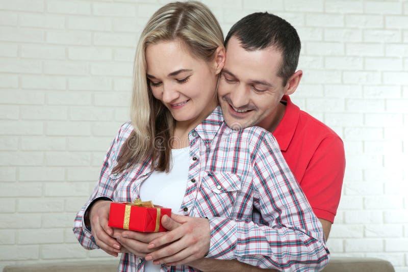 Ημέρα βαλεντίνων ` s ή έννοια Χριστουγέννων - νέο δώρο ανοίγματος γυναικών στοκ εικόνα