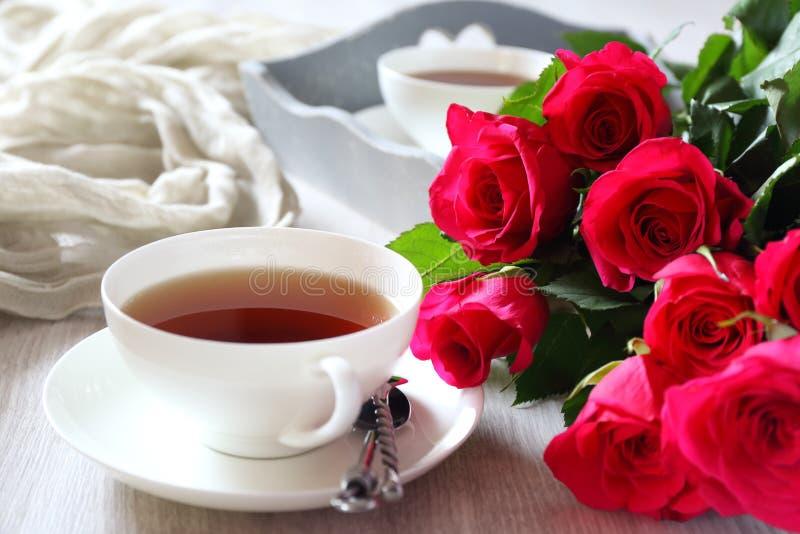 Ημέρα βαλεντίνων ` s: Ρομαντικό τσάι πρωινού για δύο στοκ φωτογραφία με δικαίωμα ελεύθερης χρήσης