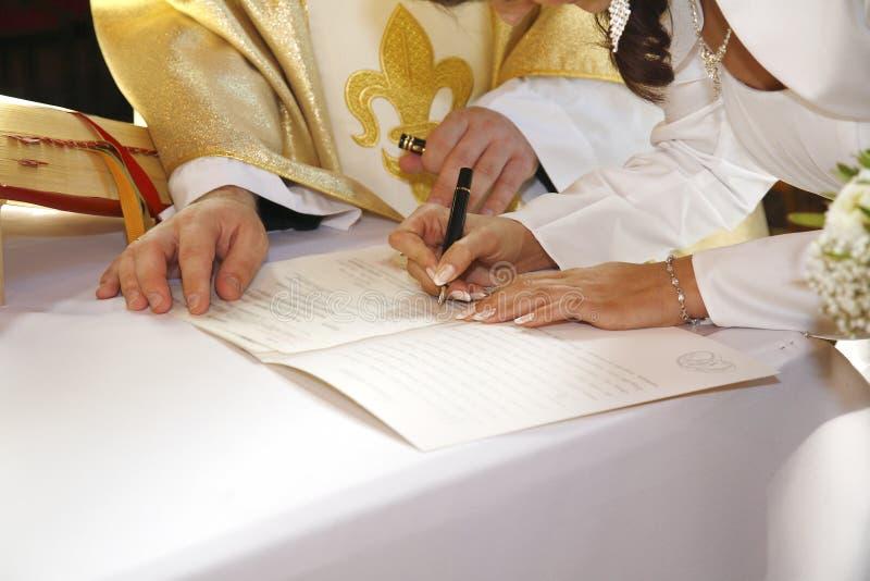 Ημέρα γάμου, που υπογράφει το πιστοποιητικό γάμου στοκ εικόνα
