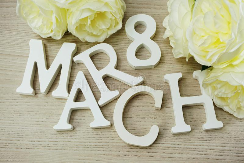Ημέρα γυναικών ` s Μαρτίου με τα λουλούδια άνοιξη στο ξύλινο υπόβαθρο στοκ εικόνα με δικαίωμα ελεύθερης χρήσης