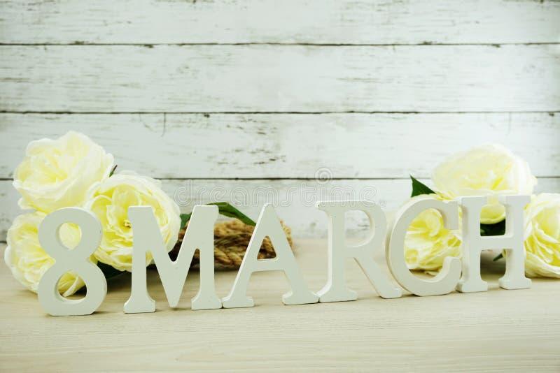 Ημέρα γυναικών ` s Μαρτίου με τα λουλούδια άνοιξη στο ξύλινο υπόβαθρο στοκ φωτογραφία με δικαίωμα ελεύθερης χρήσης