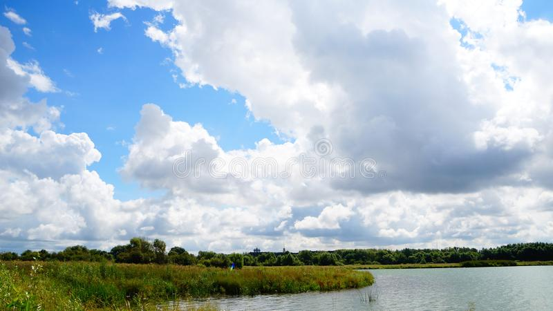 ημέρα ηλιόλουστη στοκ φωτογραφία με δικαίωμα ελεύθερης χρήσης