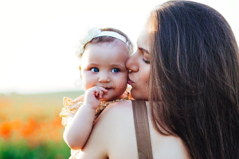 Ημέρα και κόρες μητέρας Οικογενειακές αξίες και παραδόσεις διαφήμισης στοκ φωτογραφία με δικαίωμα ελεύθερης χρήσης
