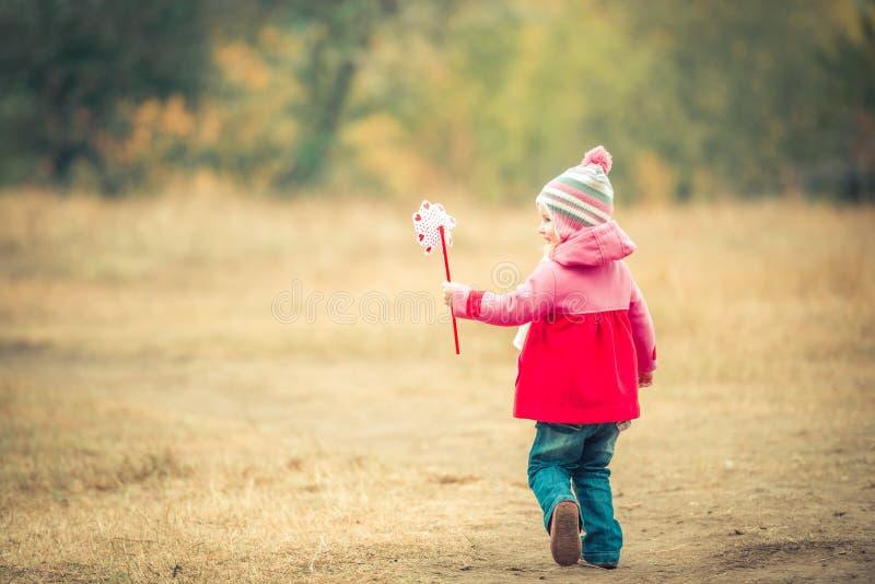 Ημέρα μικρών κοριτσιών με τον ανεμόμυλο στοκ φωτογραφίες με δικαίωμα ελεύθερης χρήσης