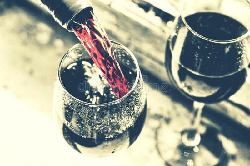 Ημέρα μνήμης, ΗΠΑ, χύνοντας κρασί, πικ-νίκ, ύφος noir στοκ φωτογραφίες