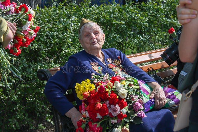 Ημέρα νίκης, παλαίμαχος γιαγιάδων του μεγάλου πατριωτικού πολεμικού κύριου άρθρου στοκ εικόνες