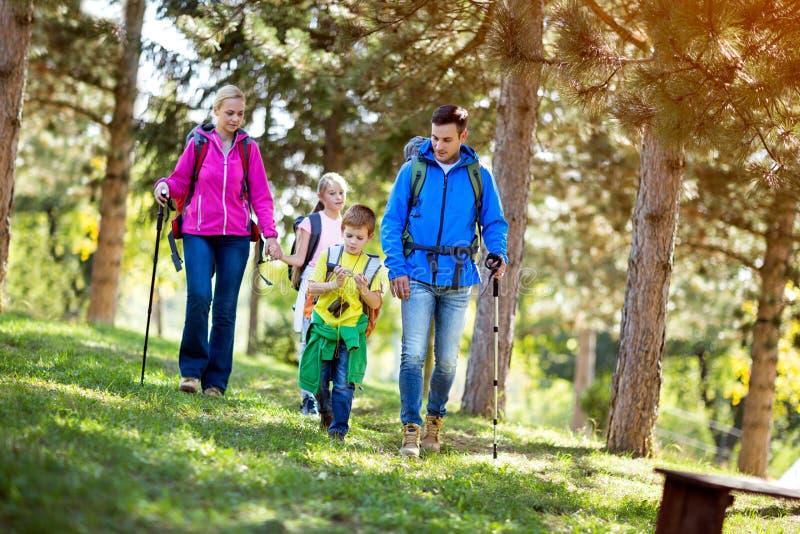 Ημέρα οικογενειακής πεζοπορίας στοκ φωτογραφία με δικαίωμα ελεύθερης χρήσης