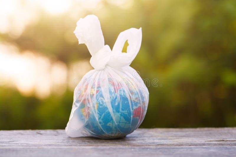 Ημέρα παγκόσμιου περιβάλλοντος, γήινη σφαίρα που τυλίγεται στη διαφανή πλαστική τσάντα στοκ φωτογραφίες με δικαίωμα ελεύθερης χρήσης