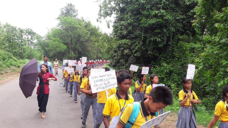 Ημέρα παγκόσμιου περιβάλλοντος που γιορτάζεται από τους σχολικούς σπουδαστές στοκ εικόνα με δικαίωμα ελεύθερης χρήσης