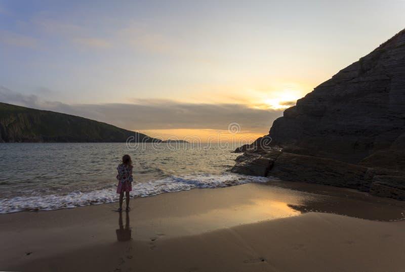 Ημέρα πρόσφατου καλοκαιριού ` s στην παραλία Mwnt στοκ φωτογραφία