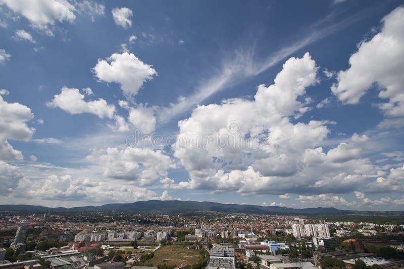 ημέρα πόλεων ηλιόλουστη στοκ εικόνα με δικαίωμα ελεύθερης χρήσης