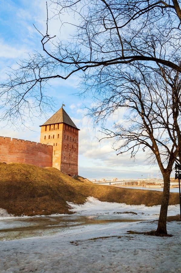 Ημέρα πύργων παλατιών Novgorod Κρεμλίνο Veliky ηλιόλουστη την άνοιξη σε Veliky Novgorod, Ρωσία, που εξισώνει την άποψη στοκ εικόνες