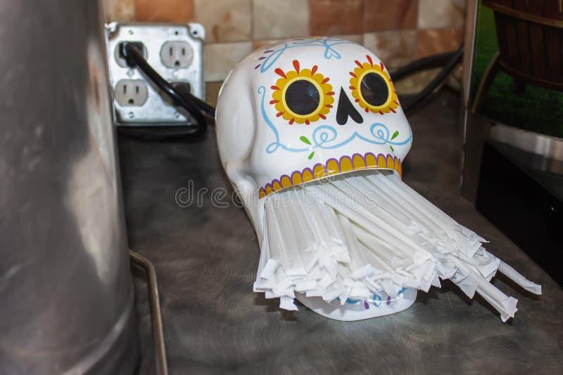 Ημέρα της συσκευής χορήγησης Νεκρού άχυρου στον πάγκο με πλαστικά χάρτινα λουριά στο άνοιγμα του στόματος στοκ εικόνες