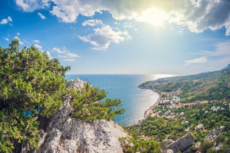 Ημέρα τοπίων άποψη από ένα υψηλό βουνό στην ακτή της θάλασσας στοκ φωτογραφίες